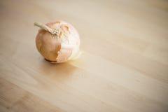 Rohe Zwiebel auf hölzerner Tabelle Stockbild