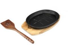 Roheisen, das Pan On Wood Plate, Spachtel-Weiß dient Lizenzfreie Stockfotos