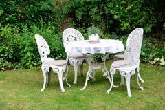 Roheisen-Gartenstühle Stockfotos