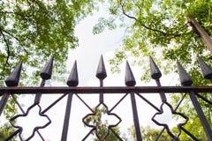 Roheisen-Zaun in einem Park Stockfotografie