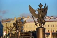 Roheisenadler auf der Zaun Rostral-Spalte auf Palastquadrat Stockbild