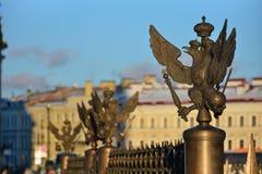 Roheisenadler auf der Zaun Rostral-Spalte auf Palastquadrat Lizenzfreies Stockfoto