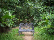 Roheisenbank im Garten Stockfoto