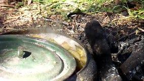 Roheisengroßer kessel für das Kochen kann auf einem offenen Feuer benutzt werden stock footage