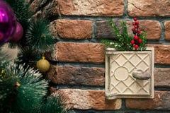 Roheisenofenloch verziert mit Weihnachtsspielwaren Lizenzfreie Stockfotos