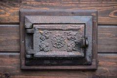 Roheisentür von der Wolldecke in der Wand Lizenzfreie Stockfotografie