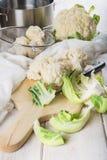 Roher Blumenkohl auf dem Tisch der Küche Lizenzfreie Stockfotografie