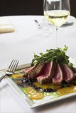 Roher bronzierter Thunfisch stockbilder