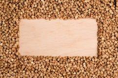 Roher Buchweizen auf einer Holzoberfläche Lizenzfreie Stockfotos