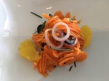 Roher geschnittener Karottensalat mit orange Segment Stockbilder