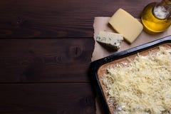 Roher Käse der Pizza vier auf einem hölzernen Hintergrund stockfotos