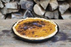 Roher Kürbiskuchen auf hölzernem Hintergrund Stockfotos