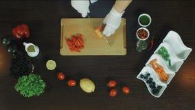 Roher Kürbisschnitt Draufsicht des Ausschnittkürbises auf hölzernem Brett Gesunde Nahrung Schnitt der neuen Kürbisscheibe stock video footage