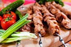 Roher Kebab mit Zwiebel auf hölzernem Brett lizenzfreies stockfoto