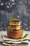 Roher Kuchen des strengen Vegetariers mit Schokolade, ein Stapel geschnittene Stücke im woode stockbild