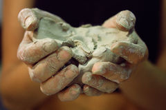 Roher Lehm in den Händen von Frauen Lizenzfreies Stockbild