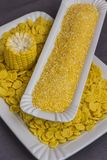 Roher Maiskolben, Getreidemehl, Corn-Flakes in den weißen Platten, Draufsicht lizenzfreies stockfoto