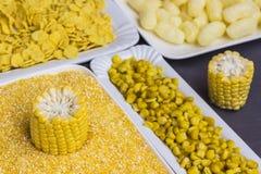 Roher Maiskolben, Getreidemehl, Maisstöcke und Flocken in den weißen Platten, Draufsicht lizenzfreies stockbild