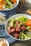 Roher organischer Ahi Tuna Poke Bowl Stockfoto