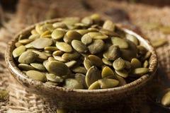 Roher organischer Kürbis Pepita Seeds Stockfotos