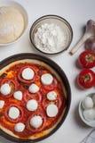Roher Pizza Margarita mit Bestandteilnahaufnahme auf einer weißen Tabelle Ansicht von oben lizenzfreies stockfoto