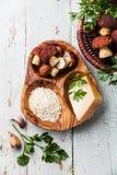 Roher Reis mit Bestandteilen für Risotto lizenzfreies stockbild