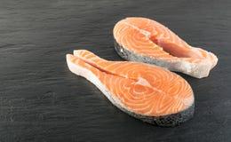 Roher rosa Salmon Steak, rote Fisch-, Kumpel-oder Forellen-Leiste lizenzfreie stockfotos