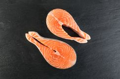 Roher rosa Salmon Steak, rote Fisch-, Kumpel-oder Forellen-Leiste lizenzfreie stockbilder