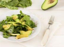 Roher Salat des Spinats, der Avocado und der Orange auf weißem hölzernem backgound Stockfotos