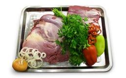 Roher Schnitt des Fleisches mit Gemüse Stockbild