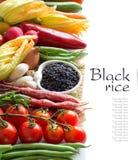 Roher schwarzer Reis in einer Schüssel und in einem Frischgemüse Lizenzfreies Stockfoto