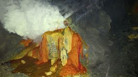 Roher Schwefelbergbau im Krater aktiven Vulkans Kawah Ijen auf Java stockbilder