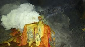 Roher Schwefelbergbau im Krater aktiven Vulkans Kawah Ijen auf Java stockfotos