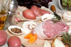 Roher Schweinebraten bereit zum Kochen Stockfotos