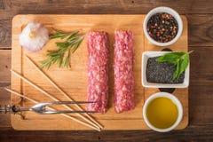 Roher türkischer traditioneller Fleisch-Kebab Stockfotos