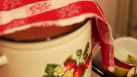 Roher Teig in der Wanne wird mit einer roten Tischdecke bedeckt stock footage