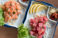 Roher Thunfisch und würziger Lachssalat Lizenzfreies Stockfoto