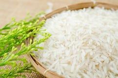 Roher weißer Reis im Webartkorb Stockbilder