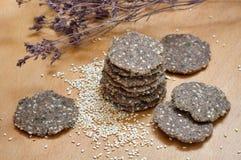 Rohes Brot mit indischem Sesam Lizenzfreie Stockfotos