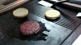 Rohes Burgerpastetchen und -brötchen stock video footage