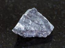 rohes Erz des Stibnite (antimonite) auf Dunkelheit lizenzfreies stockfoto