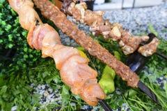 Rohes Fleisch auf Aufsteckspindeln des Gemüses Lizenzfreie Stockbilder