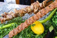 Rohes Fleisch auf Aufsteckspindeln des Gemüses Stockbild