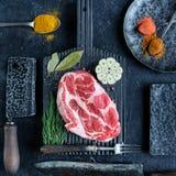 Rohes Fleisch auf Ausschnittvorstand Lizenzfreie Stockfotos