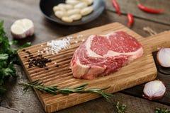 Rohes Fleisch auf dem Holz Stockbild