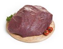 Rohes Fleisch auf einem Ausschnittvorstand Stockbild