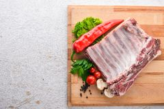 Rohes Fleisch Auf einem hölzernen Hintergrund stockbild