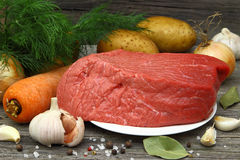 Rohes Fleisch auf einer Platte Stockfotos
