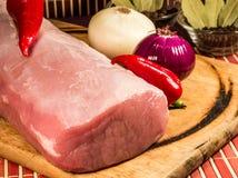 Rohes Fleisch auf hölzernem Brett Stockfotografie
