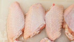 Rohes Fleisch des Hühnerflügels summt sieht herein das Detail laut Stockbilder
